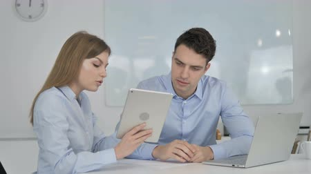 рассмотрение : Female Business Colleague Discussing Work on Tablet