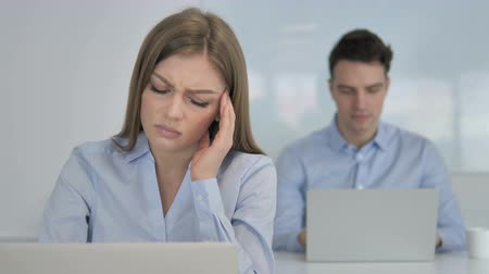 трейдер : Headache, Young Businesswoman in Stress at Work Стоковые видеозаписи