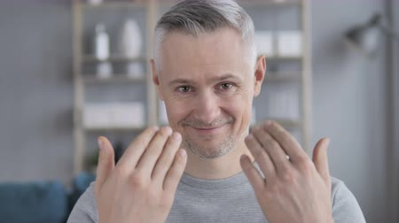 oportunidade : Inviting Gesture by Gray Hair Man Stock Footage