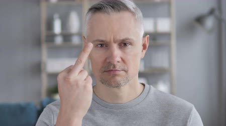 gritante : Gray Hair Man Showing Middle Finger in Anger