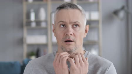 stil zijn : Confused Grey Hair Man Gevoel Bang en Afriad Stockvideo