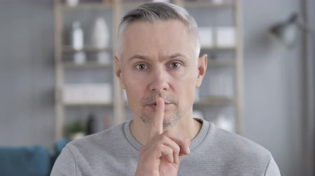 discutir : Silent, Silence Gesture by Gray Hair Man