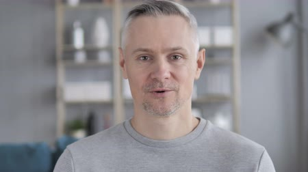 parlare : Ritratto di Talking Gray Hair Man, Chat video online Filmati Stock