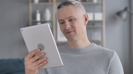 vzdálený : Gray Hair Man on Tablet PC