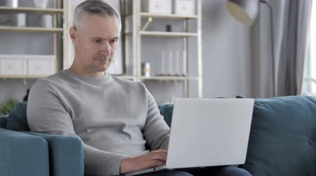 projektant : Gray Hair Man Working With His Laptop Wideo