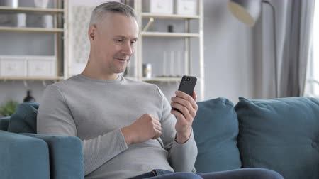 vzdálený : Online Video Chat on Smartphone Relaxing Gray Hair Man Dostupné videozáznamy