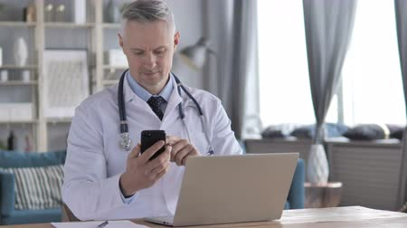 sebész : Doctor Using Smartphone for Internet