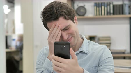 aflição : Creative Man Reacting to Loss while Using Smartphone Stock Footage