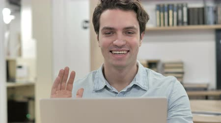 distante : Online Video Chat on Laptop at Work Stock Footage