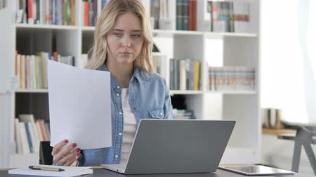assinatura : Young Woman Working on Documents and Paperwork