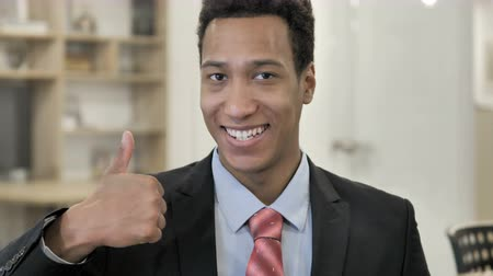 интерн : Thumbs Up by African Businessman Стоковые видеозаписи