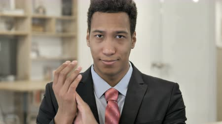 интерн : Applauding, Clapping African Businessman