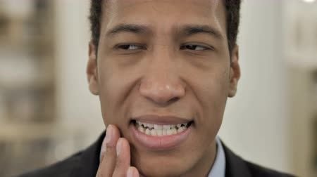 интерн : Toothache, African Man with Tooth infection