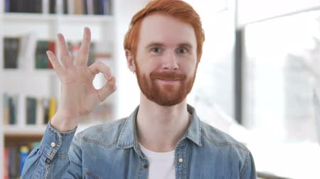 roodharige : Casual Redhead Man Showing Sign of Okay