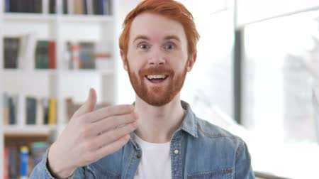roodharige : Invitation Gesture by Casual Redhead Man Stockvideo
