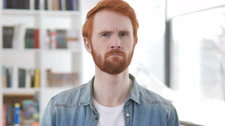 úpadek : Casual Redhead Man Shaking Head to Reject