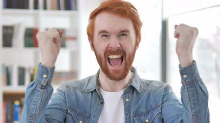 torcendo : Casual Redhead Man Celebrating Success
