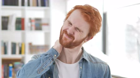 sofá : Casual Redhead Man with Neck Pain