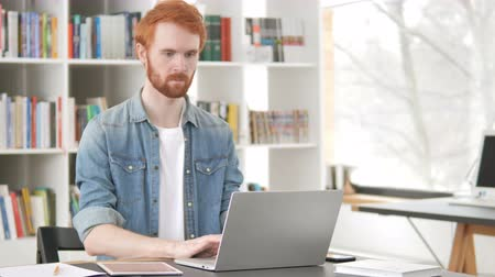 broda : Busy Casual Redhead Man Working On Laptop Wideo