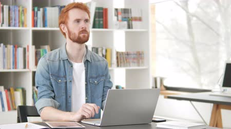 рассмотрение : Pensive Casual Redhead Man Thinking at Work