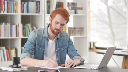 yazarak : Casual Redhead Man Writing Letter Stok Video