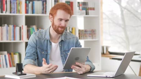distante : Casual Redhead Man Talking for Tablet