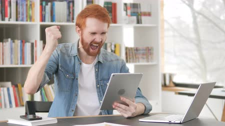 torcendo : Casual Redhead Man Celebrating Success on Tablet