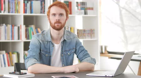 vöröshajú : Serious Casual Redhead Man Sitting at Work