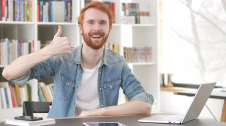 femme rousse : Thumbs Up par Casual Redhead Man at Work Vidéos Libres De Droits