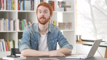 onderhandeling : Talking Casual Redhead Man in Office