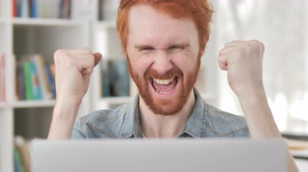 torcendo : Casual Redhead Man Celebrating Success of Online Project Vídeos