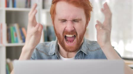 stres : Angry Casual Redhead Man Screaming at Work