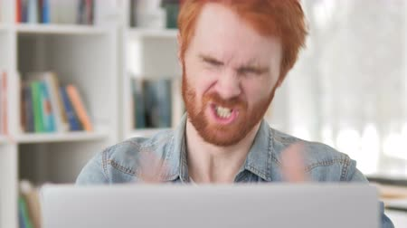 roodharige : Casual Redhead Man Upset by Project Failure