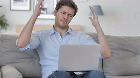 zoufalý : Frustrated Aged Man Reacting to Loss on Laptop while Sitting on Couch