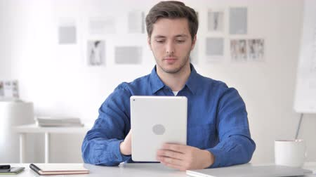 megvitatása : Casual Adult Man Using Tablet in Office