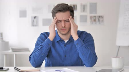 warsztat : Headache Tense Casual Adult Man with Head Pain at Work