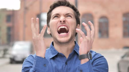 argumento : Outdoor Standing Angry Young Man Screaming in Frustration