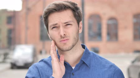 alergia : Toothache, Young Man with Tooth Infection