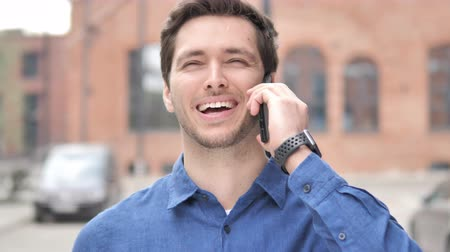 falar : Outdoor Portrait of Young Man Talking on Phone