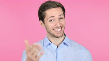 convidado : Inviting Young Man on Pink Background