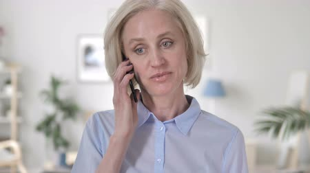 discar : Old Woman Talking on Phone Stock Footage