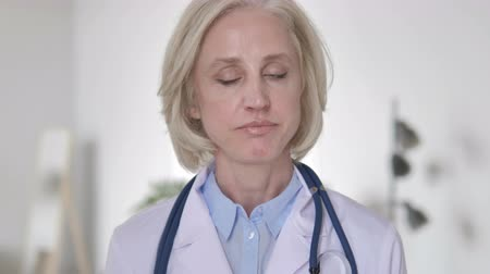 rejeitar : Restricting Senior Lady Doctor Shaking Head to Reject Stock Footage
