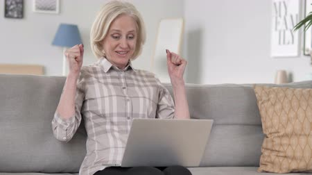 suceder : Excited Old Woman Celebrating Success on Laptop Vídeos
