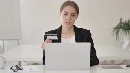 дебет : Online Shopping Failure for Upset Young Businesswoman