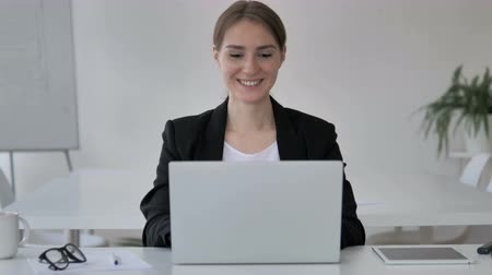 distante : Online Video Chat by Young Businesswoman on Laptop Stock Footage