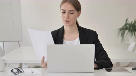 ondertekening : Paperwork, Young Businesswoman Working on Documents and Laptop Stockvideo