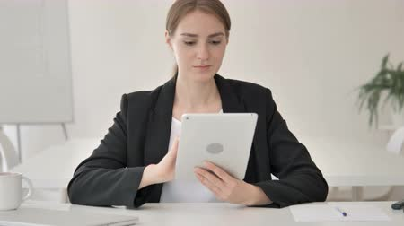 megvitatása : Young Businesswoman Using Tablet