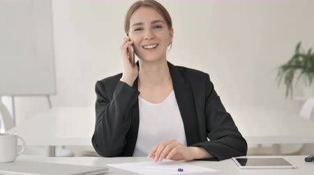 discar : Young Businesswoman Talking on Phone Stock Footage