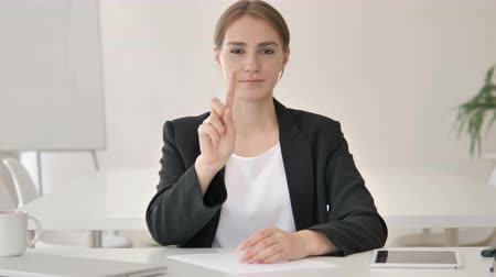 níveis : No by Young Businesswoman in Office Stock Footage