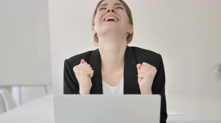 suceder : Close Up of Young Businesswoman Celebrating Success on Laptop Vídeos